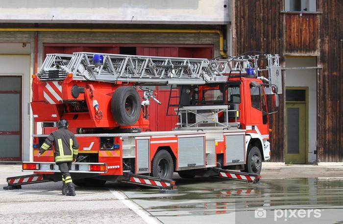 Fotomural Estándar Coche de bomberos del bombero italiano durante durante una emergencia - Por carretera