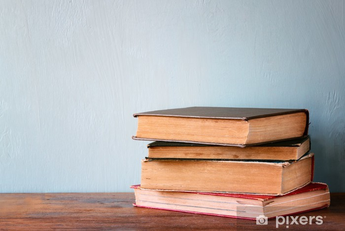 Fotomural Estándar Libros antiguos sobre una mesa de madera. imagen filtrada retro - Educación
