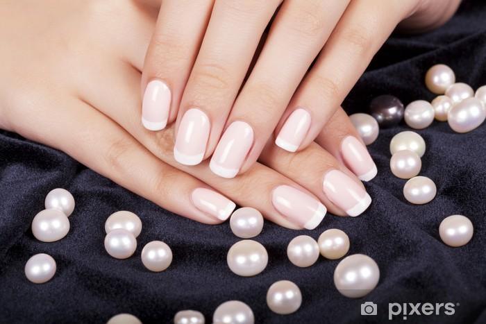 Fototapeta winylowa Paznokcie piękne kobiety z french manicure i perły. - Uroda i pielęgnacja ciała