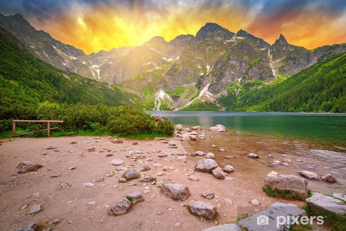 Vinilo Pixerstick Ojo del Mar lago en las montañas de Tatra en la puesta del sol, Polonia - Temas