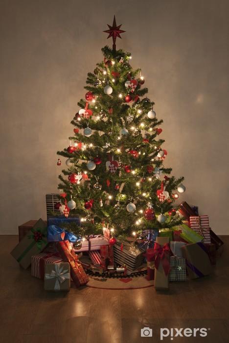 Albero Di Natale Con Regali.Carta Da Parati Illuminato Albero Di Natale Con Regali Pixers Viviamo Per Il Cambiamento