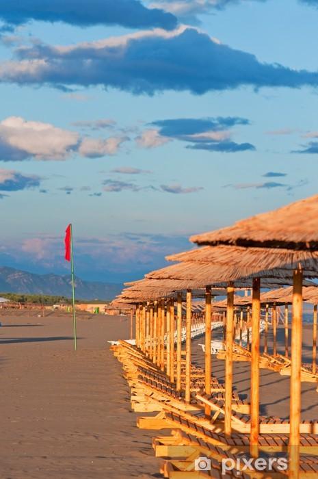 Nálepka Pixerstick Prázdné lehátka na pláži - Prázdniny