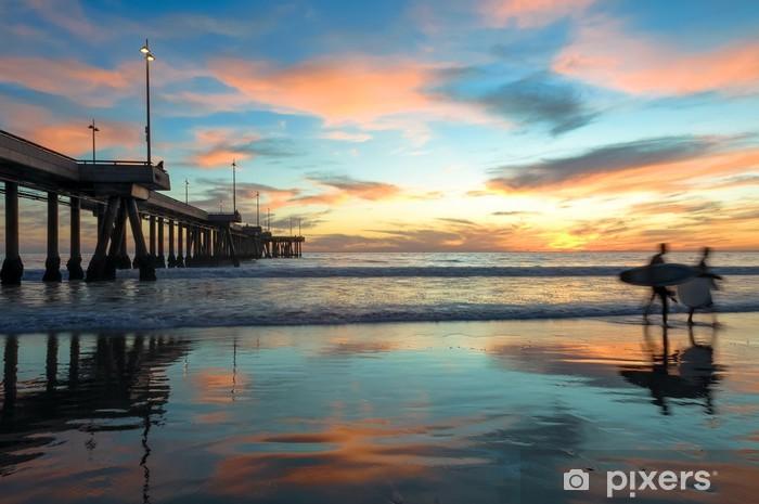 Papier peint vinyle Coucher de soleil spectaculaire avec Surfers à Venice Beach en Californie - Thèmes