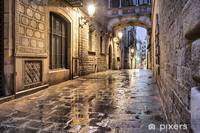Naklejka na biurko i stół Wąska ulica w dzielnicy gotyckiej, Barcelona -