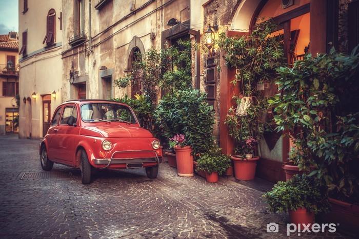 Fototapeta winylowa Stare zabytkowe kultowy samochód zaparkowany na ulicy przez restaurację, w - Tematy