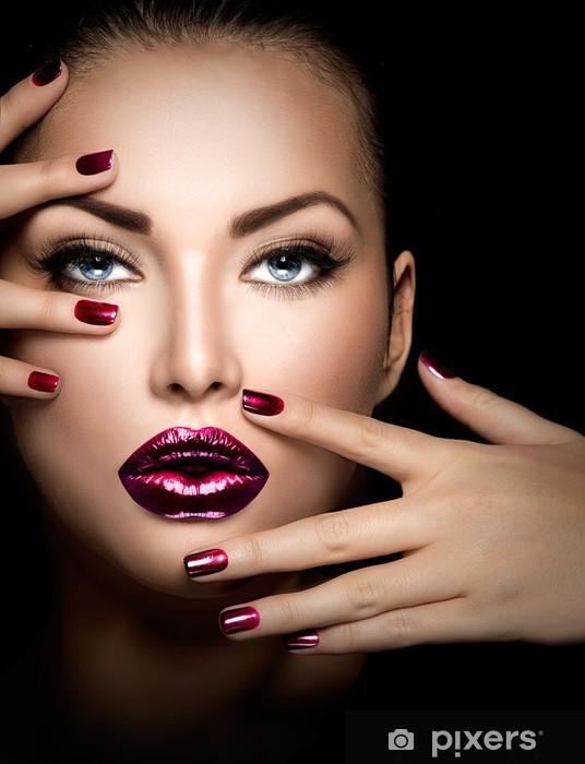 Fototapeta winylowa Moda modelu twarzy dziewczyna, piękna kobieta, makijaż i manicure - Tematy