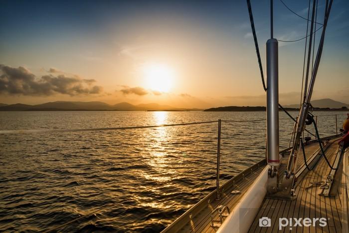 Fotomural Estándar Puesta de sol en el mar desde el barco de vela - Mar y océano