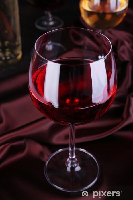 Carta Da Parati Bicchiere Di Vino Rosso Con Bottiglie E Bicchieri Di Vino Close Up Pixers Viviamo Per Il Cambiamento