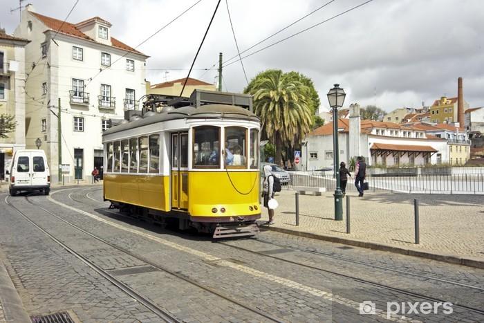 Fototapeta winylowa Zabytkowy tramwaj jazdy przez miasto z Lizbony w Portugalii - Infrastruktura