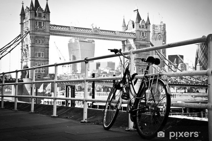 Papier peint vinyle Vélo garé à Londres en noir et blanc artistique - Villes européennes