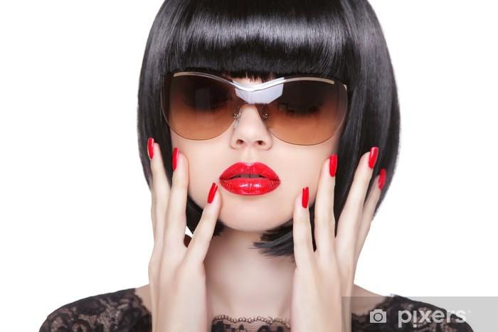 b353a481ec Vinilo Pixerstick Los labios rojos de maquillaje y esmalte de uñas  cuidadas. Moda WOM morena