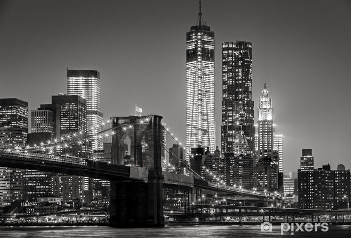 Självhäftande Fototapet New York by night. Brooklyn Bridge, Lower Manhattan - Svart en -