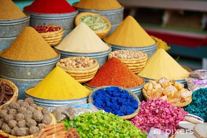 Fotomural Autoadhesivo Selección de especias en un mercado marroquí - Especias, hierbas y condimentos