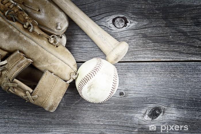 Vinyl Fotobehang Gebruikt honkbal apparatuur op rustieke houten - Sportartikelen