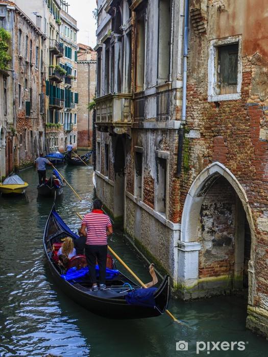 Fototapeta winylowa Wenecja, Włochy - Gondoliera i zabytkowych kamienic - Miasta europejskie