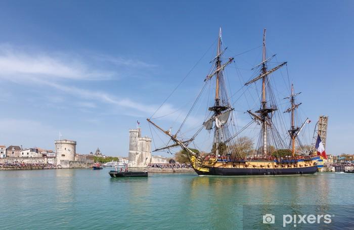 Papier peint vinyle L'hermione quitte le port de la Rochelle. - Bateaux