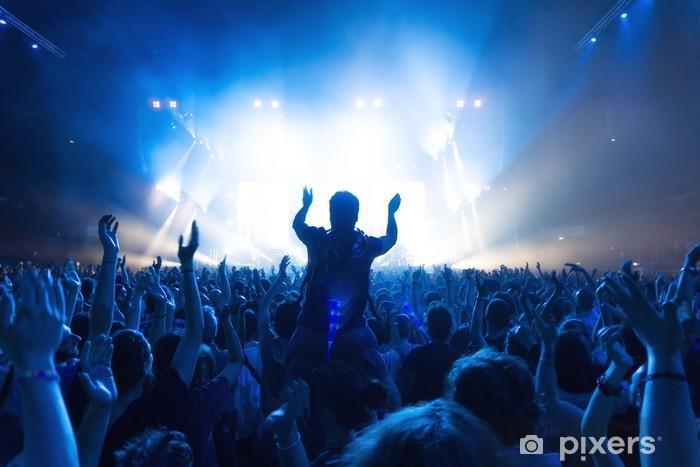 Vinyl Fotobehang Menigte van mensen op het concert in de voorkant van het podium met verlichting - Amusement