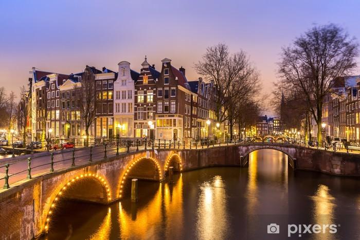Fototapeta winylowa Wieczór nad amsterdamskimi kanałami - iStaging