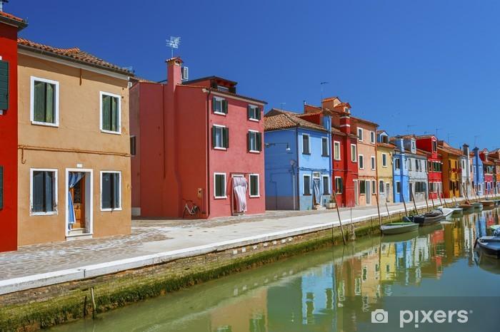 Fotomural Estándar Burano canal de la isla, casas y barcos de colores, Venecia, Italia. - Ciudades europeas