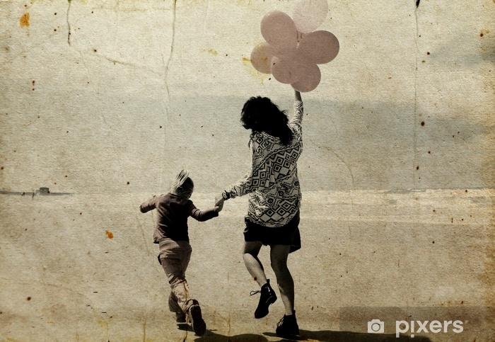Fototapeta winylowa Matka i córka trochę spaceru na plaży - Ludzie