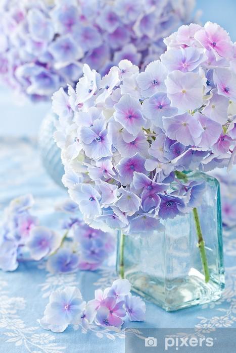 Pixerstick Aufkleber Schöne Hortensien in einer Vase auf einem blauen Hintergrund. - Blumen