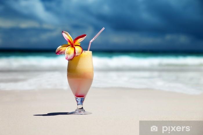 Vinylová fototapeta Čerstvé ovocné šťávy na tropické pláži - Vinylová fototapeta