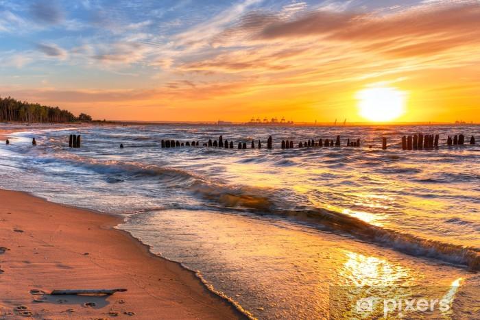 Fototapeta winylowa Zachód słońca na plaży w Morzu Bałtyckim w Polsce - Woda