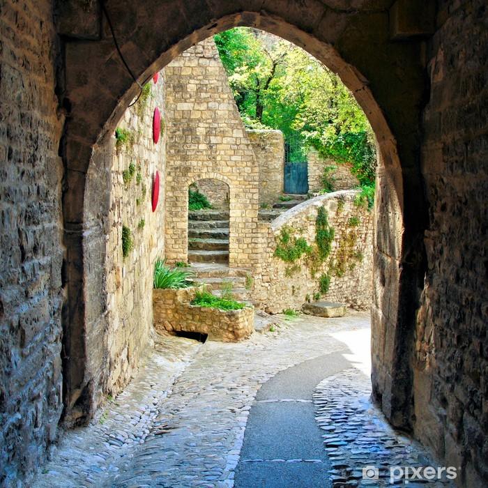 Fotomural Estándar Ver a través de un arco medieval en un pueblo de la Provenza, Francia - iStaging