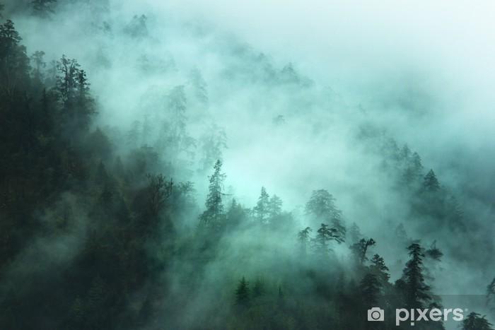 Pixerstick Sticker Nevelig bos landschap in de bergen - Bergen