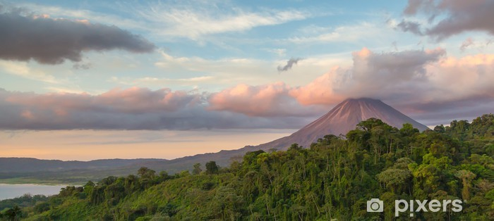 Vinilo Pixerstick Arenal Volcán en la salida del sol en Costa Rica, ya que el sol se refleja en las nubes recién formados - Naturaleza y zonas salvajes