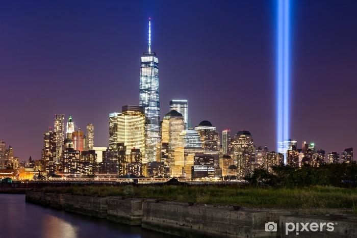 Aufkleber New York City-Tribut im Licht. Das jährliche Gedenken an 11.  September in Lower Manhattan neben dem neuen World Trade Center. Zwei ...