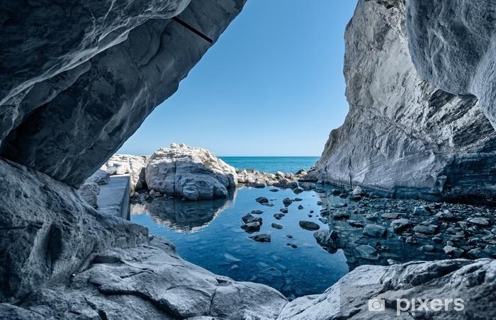 Naklejka Pixerstick Skały morskie. grota z odbiciami wody - Krajobrazy