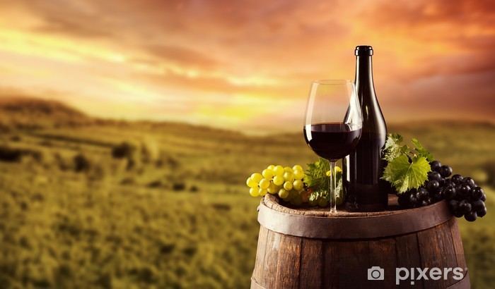 Fototapeta winylowa Butelkę czerwonego wina i szkła na wodden beczki - Alkohol