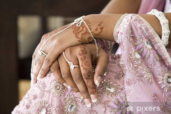 Fototapeta Rękę Panny Młodej Z Henny Tatuaż I Biżuterii Indyjskie
