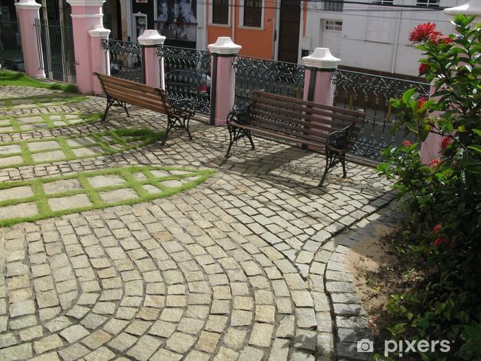 Fotomural Estándar Bancos en un piso de piedra del jardín embaldosado. - América