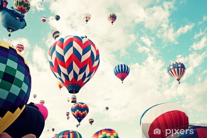 Självhäftande Fototapet Vintage varmluftsballonger under flygning - Transport