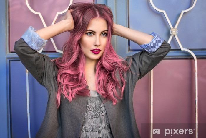 38850f5963 Fototapeta winylowa Piękny model hipster mody z kręcone różowe włosy  stwarzających z przodu kolorowe ściany -