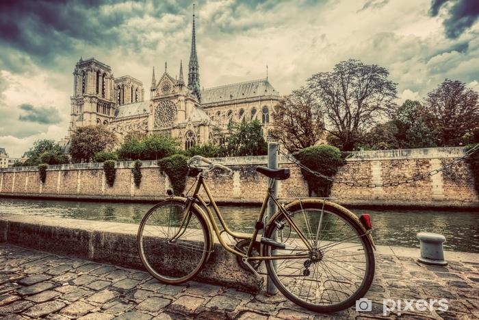 Fototapeta winylowa Retro rower obok katedry Notre Dame w Paryżu, Francja. zabytkowe - Podróże