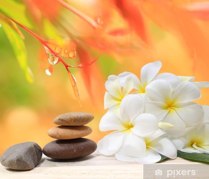 Bureau- en Tafelsticker Zen spa concept achtergrond - Zen massage stenen met frangipani plumeria bloem en water druppels op de achtergrond van de natuur - Schoonheid en Lichaamsverzorging