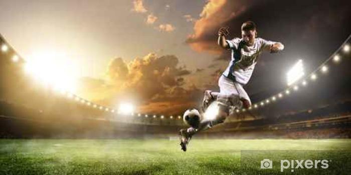 Sticker Pixerstick Joueur de football en action sur le coucher du soleil stade panorama fond - Sports
