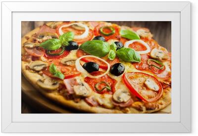Gerahmtes Poster Pizza mit Champignons, Salami und Chili Pepper