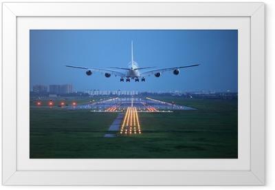 Ingelijste Poster Passagiersvliegtuig vliegen omhoog over startbaan van de luchthaven van