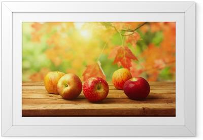 Omenat woodn pöytä syksyllä bokeh taustalla Kehystetty juliste