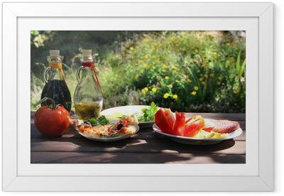 Gerahmtes Poster Stück Pizza im Sommergarten