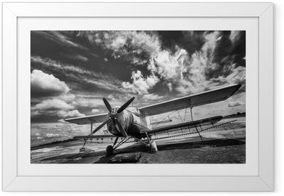 Poster en cadre Ancien avion sur le terrain en noir et blanc