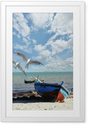 Poster en cadre Vacances Rappel: plage avec un bateau de pêche et des mouettes