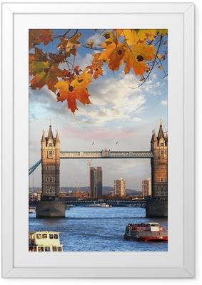 Tower Bridge syksyn lehdet Lontoossa, Englannissa Kehystetty juliste