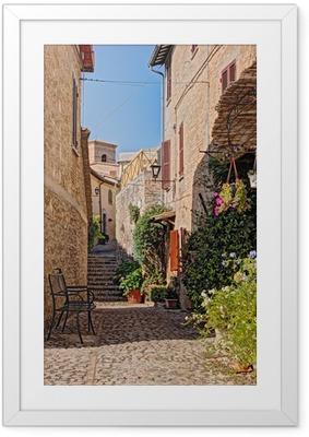 Innrammet plakat Smug med blomster av en liten by i Umbria, Italia