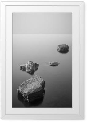 Ingelijste Poster Minimalistisch mistige landschap. Zwart en wit.