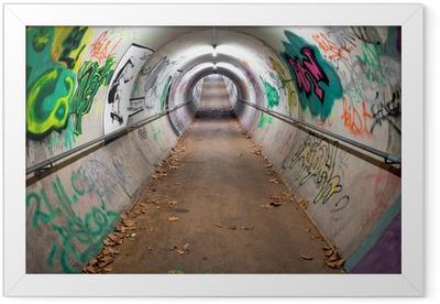 Plakát v rámu Dlouhá pěší tunel pokryté graffiti a neonovými světly
